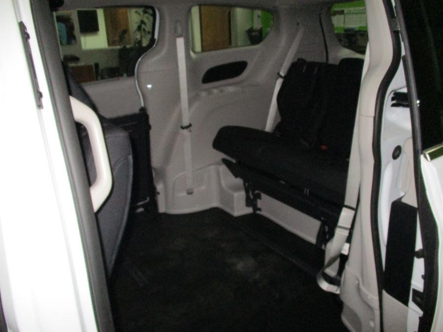 White Chrysler Pacifica image number 24