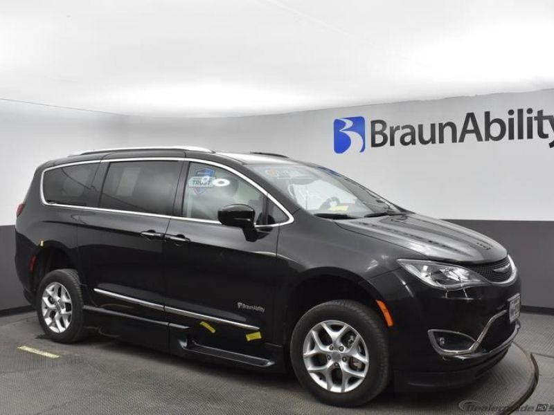 Black Chrysler Pacifica image number 15