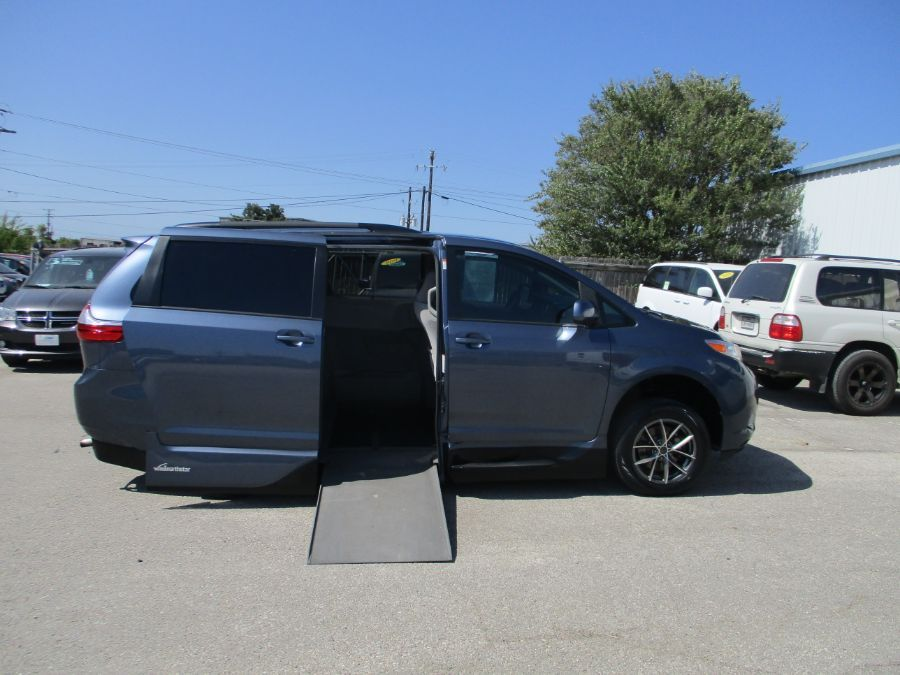 Blue Toyota Sienna image number 1