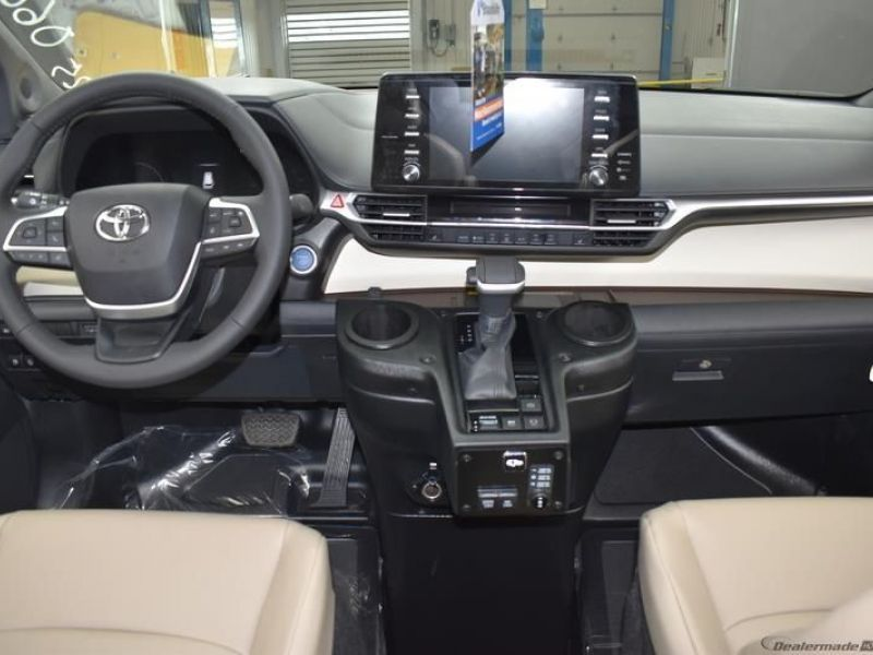Blue Toyota Sienna image number 11