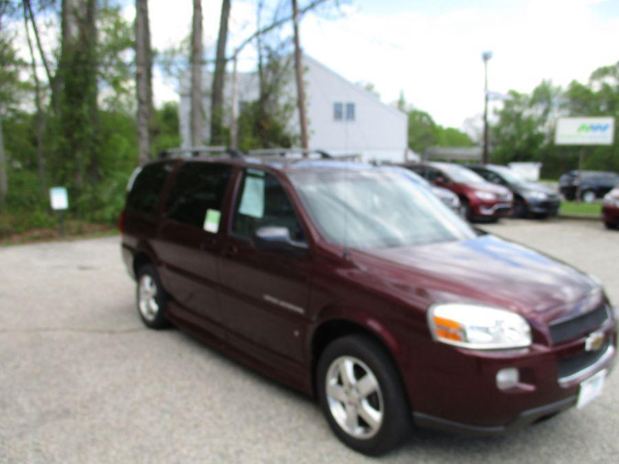 Red Chevrolet Uplander image number 4