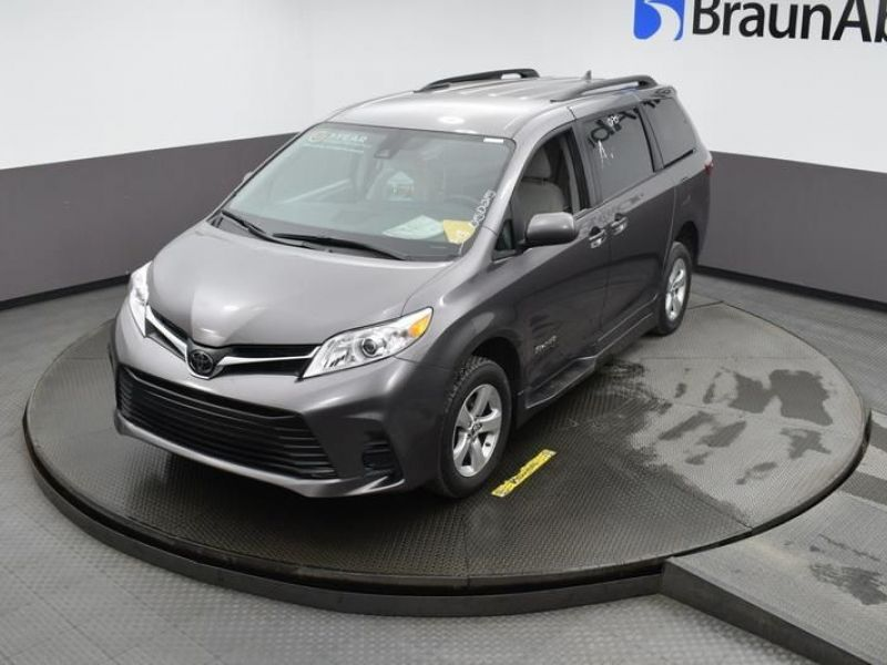 Gray Toyota Sienna image number 26