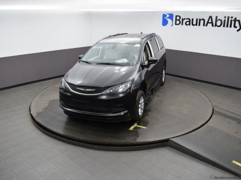 Black Chrysler Voyager image number 21