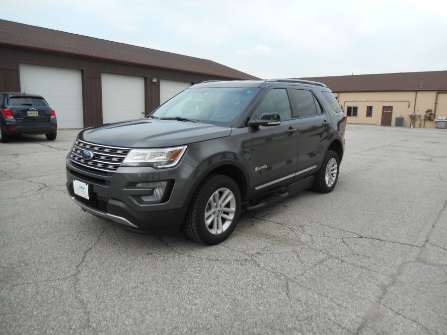 Gray Ford Explorer image number 3