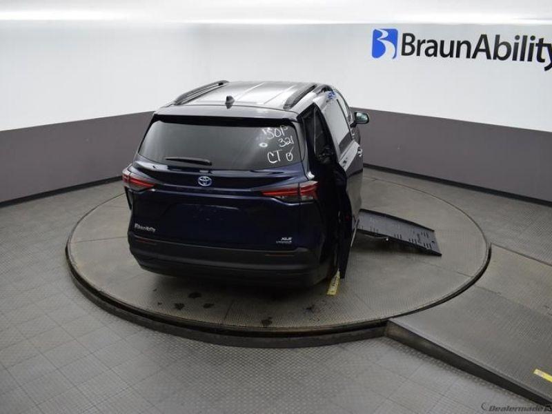 Blue Toyota Sienna image number 23