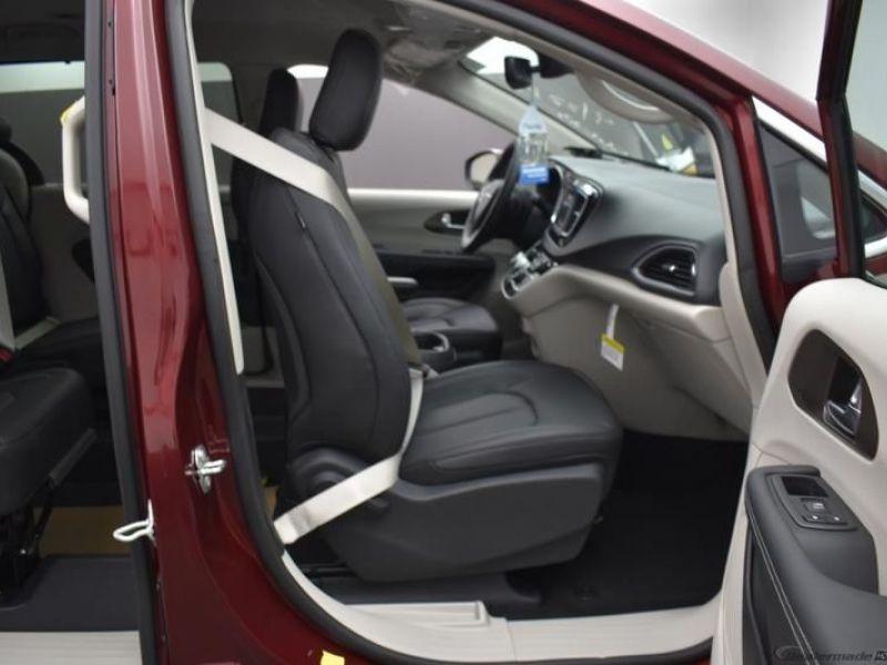 Red Chrysler Voyager image number 1