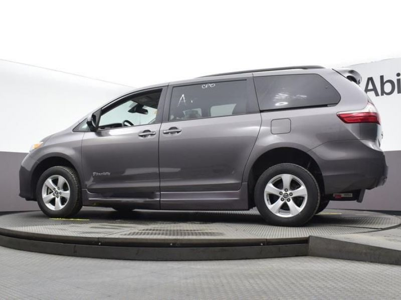 Gray Toyota Sienna image number 23