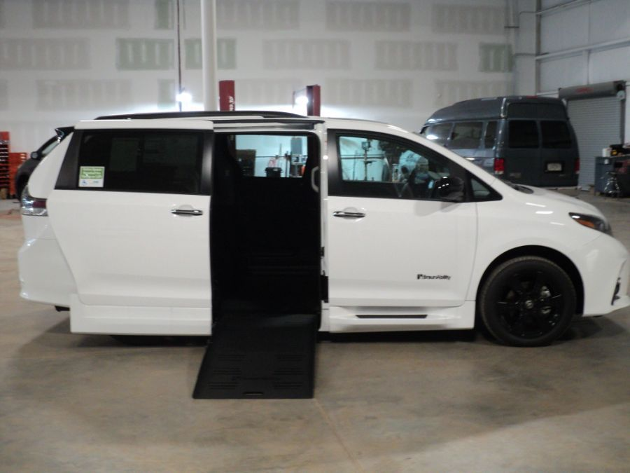 White Toyota Sienna image number 14