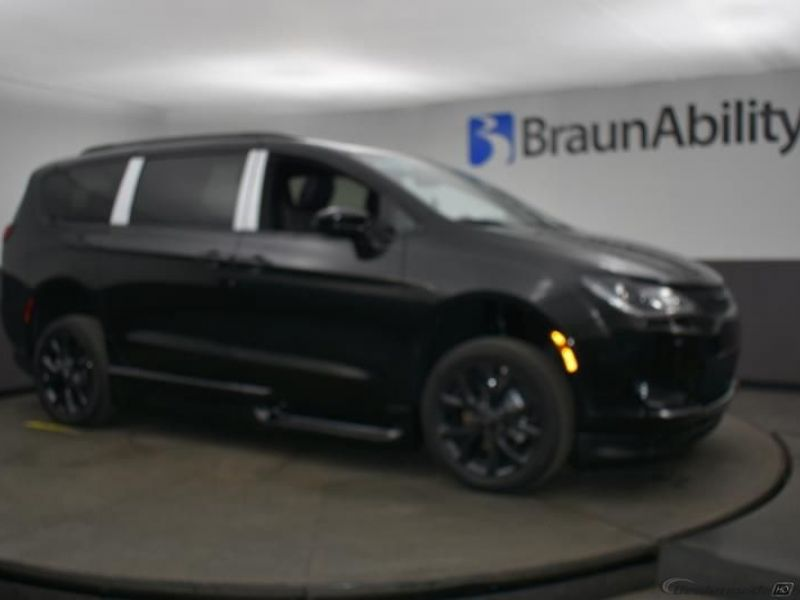 Black Chrysler Pacifica image number 13