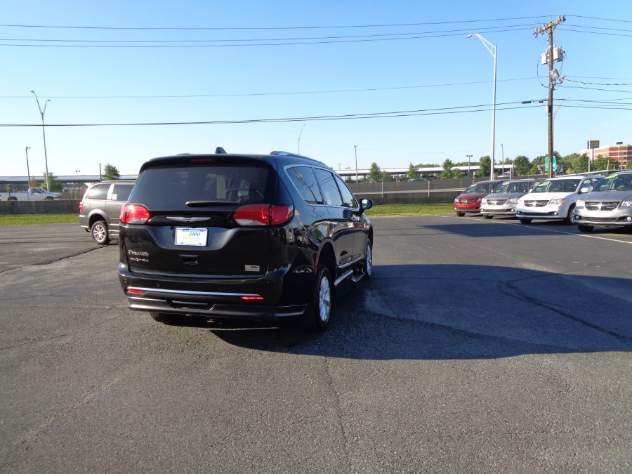 Black Chrysler Pacifica image number 13