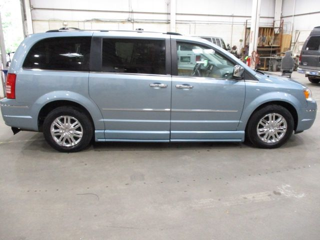 Chrysler Town and Country image number 8