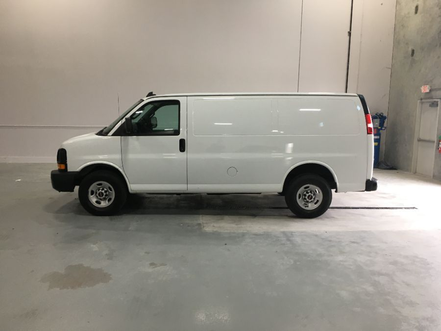 White GMC Savana Cargo image number 3