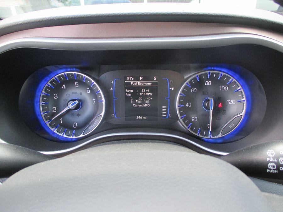 Gray Chrysler Voyager image number 21
