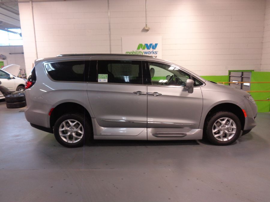 Silver Chrysler Pacifica image number 2