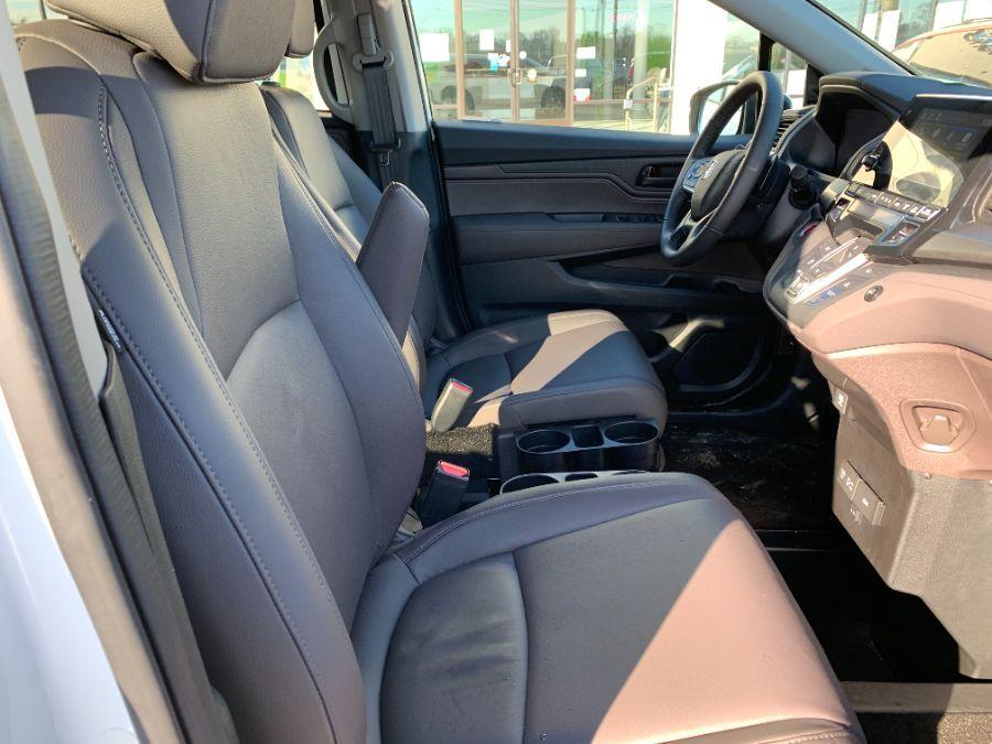 White Honda Odyssey image number 6