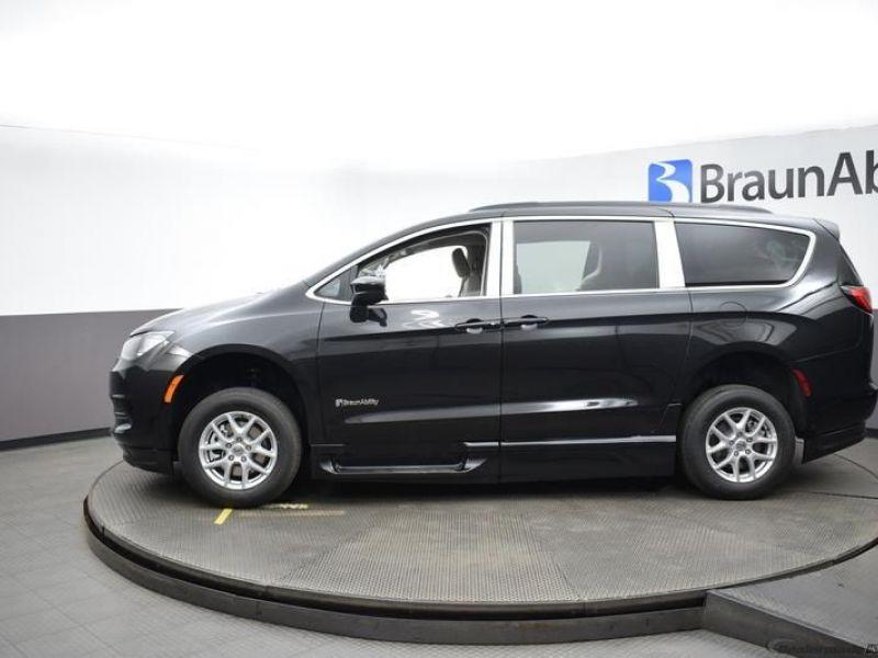Black Chrysler Voyager image number 3