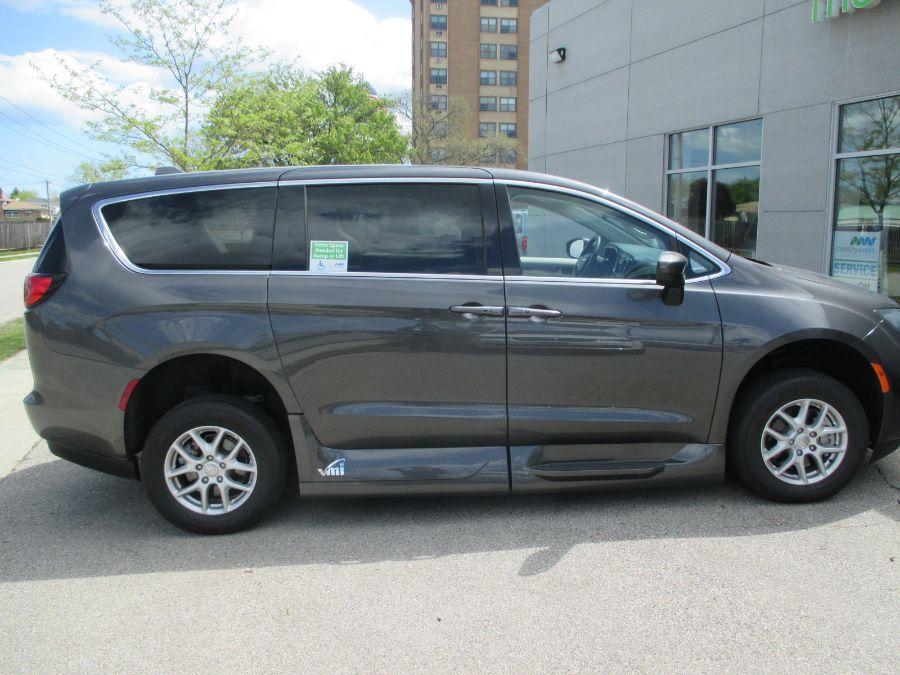 Gray Chrysler Voyager image number 13