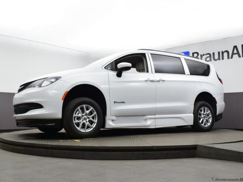 White Chrysler Voyager image number 15