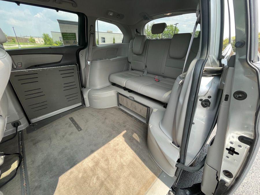 Silver Honda Odyssey image number 11