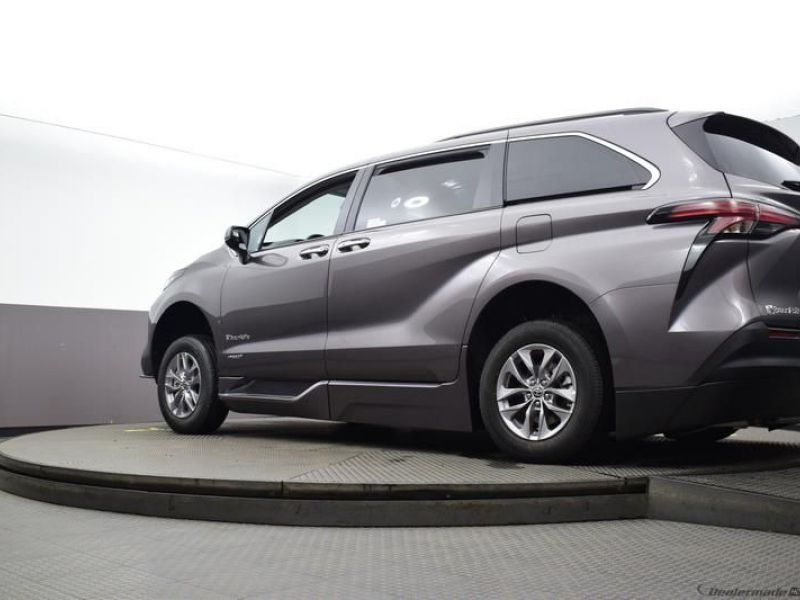Gray Toyota Sienna image number 18
