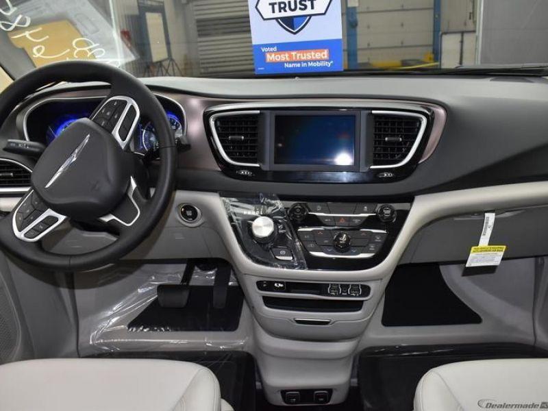 Silver Chrysler Voyager image number 11
