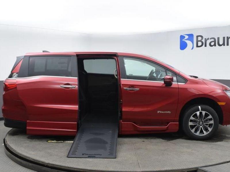 Red Honda Odyssey image number 22