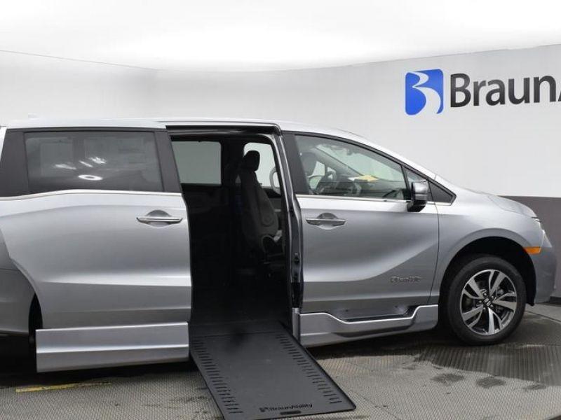 Silver Honda Odyssey image number 23