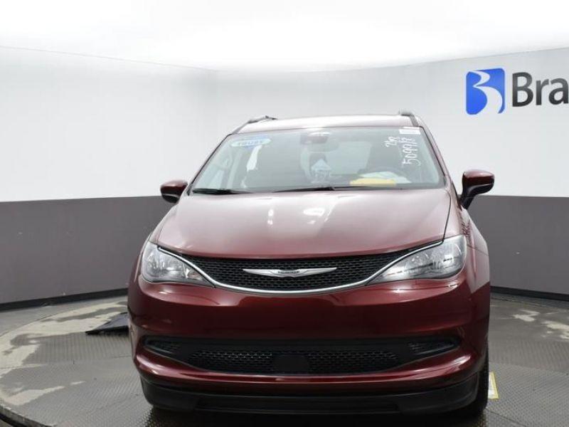 Red Chrysler Voyager image number 2