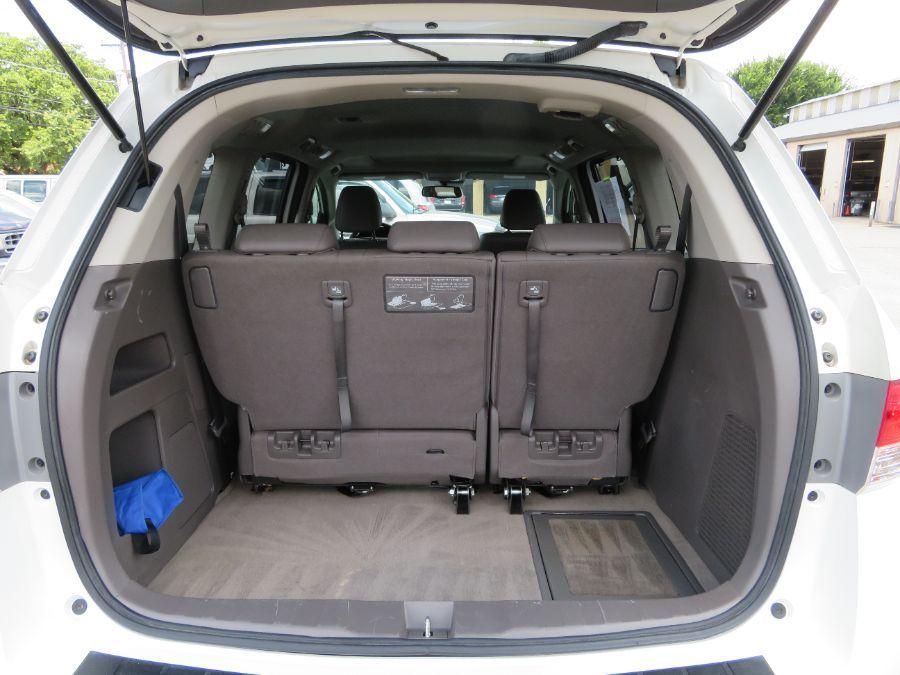 White Honda Odyssey image number 16