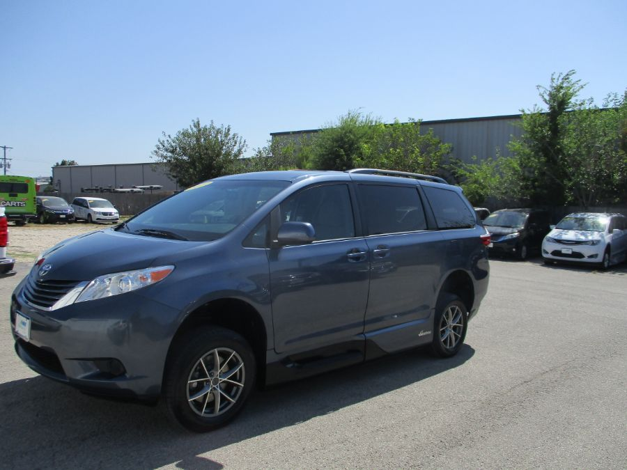Blue Toyota Sienna image number 11