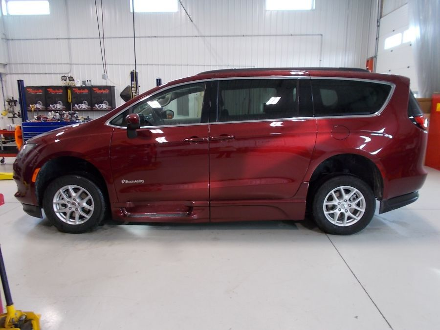 Red Chrysler Voyager image number 1
