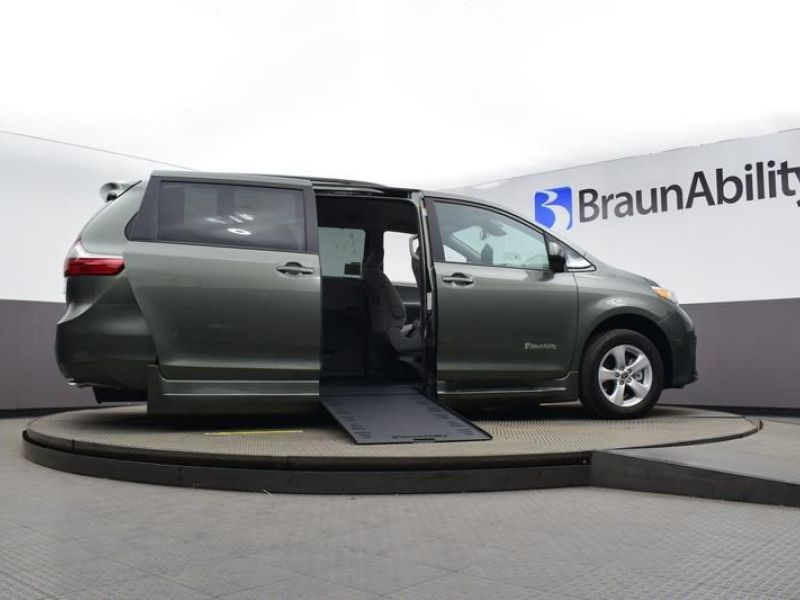 Green Toyota Sienna image number 15