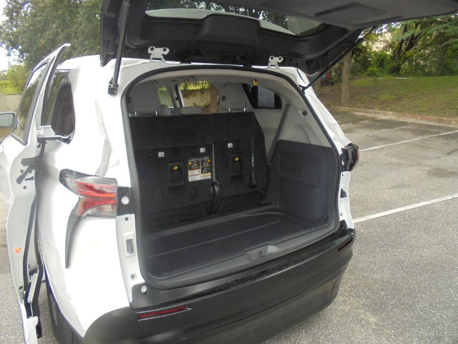 White Toyota Sienna image number 28