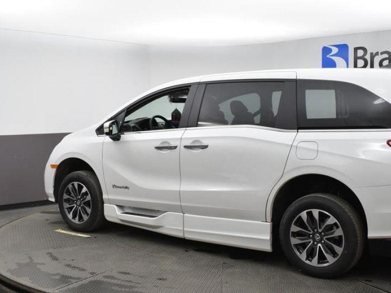 White Honda Odyssey image number 3