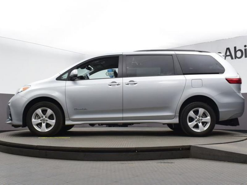 Silver Toyota Sienna image number 16