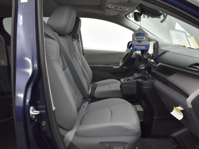 Blue Toyota Sienna image number 6