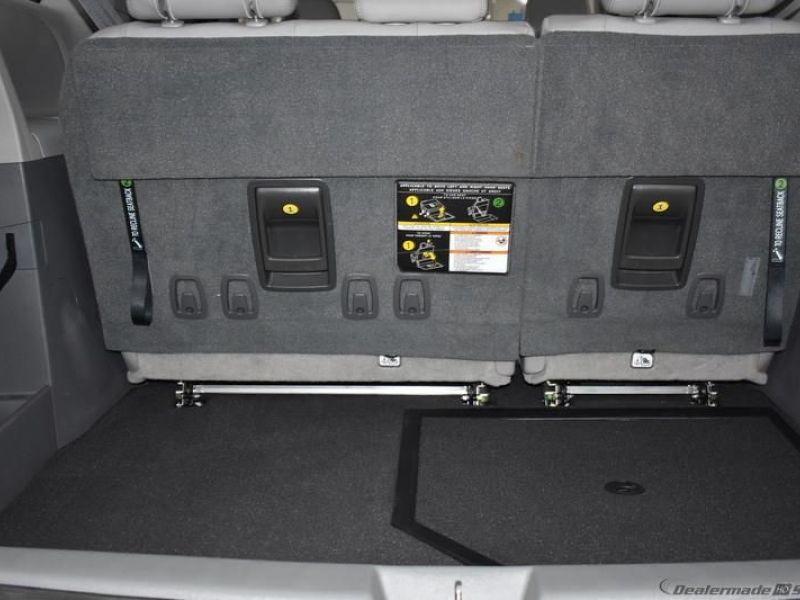 Blue Toyota Sienna image number 13