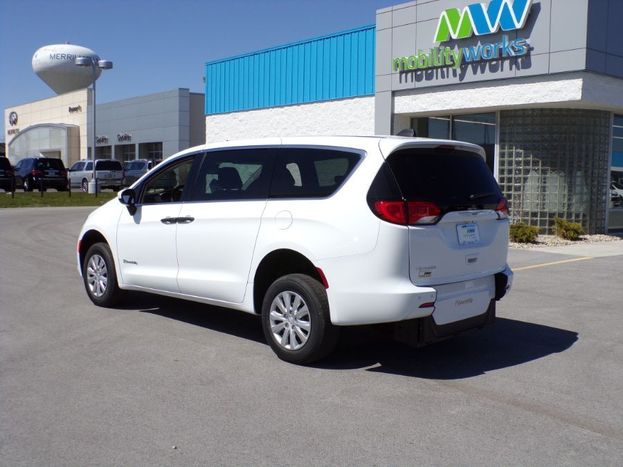 White Chrysler Voyager image number 15