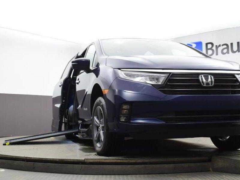 Blue Honda Odyssey image number 24