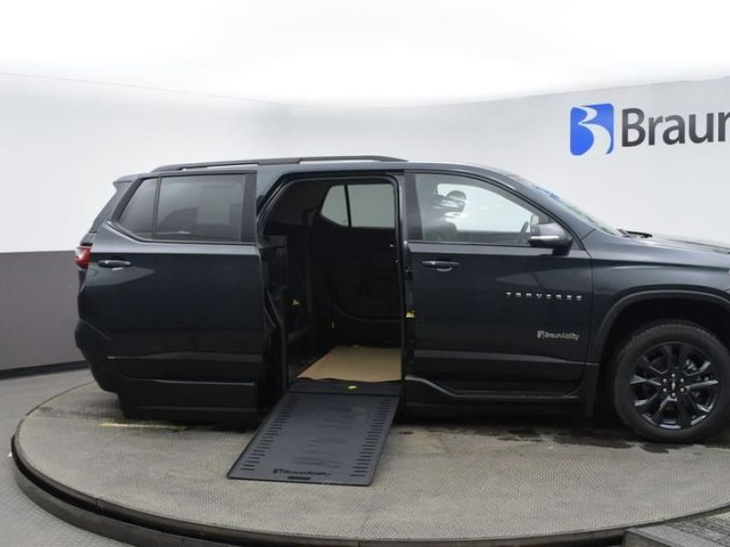 Gray Chevrolet Traverse image number 22