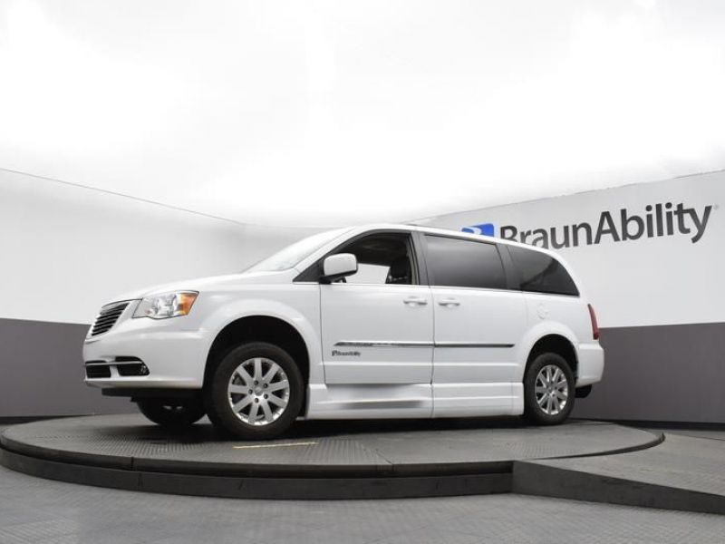White Chrysler Town and Country image number 14