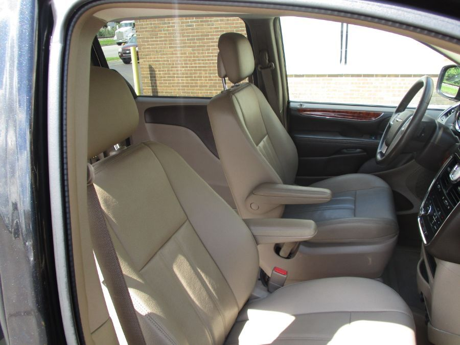 Black Chrysler Town and Country image number 18