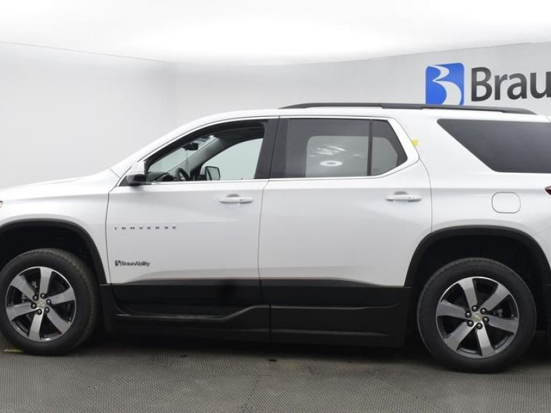 White Chevrolet Traverse image number 3