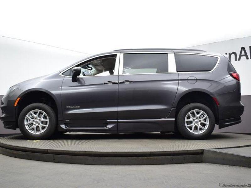 Gray Chrysler Voyager image number 20