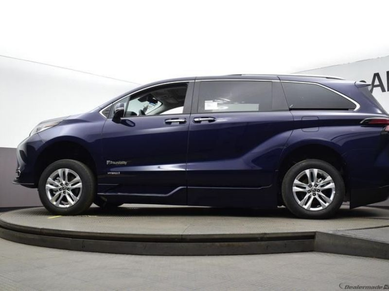 Blue Toyota Sienna image number 18