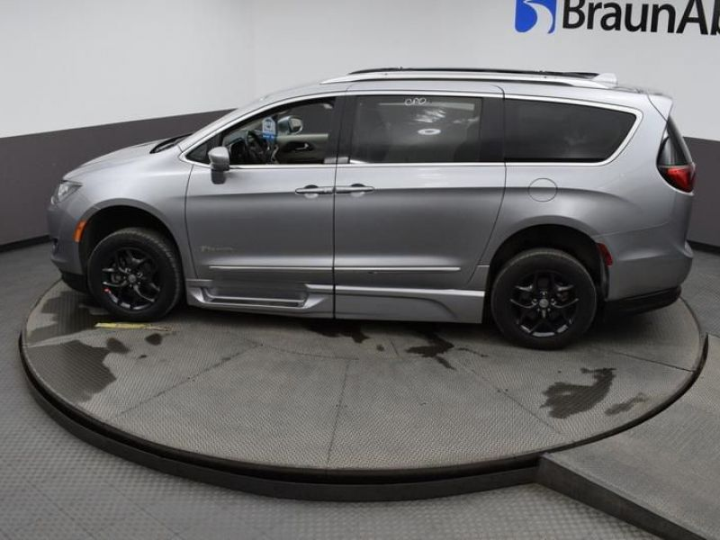 Silver Chrysler Pacifica image number 22