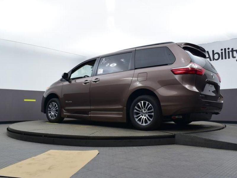 Brown Toyota Sienna image number 18