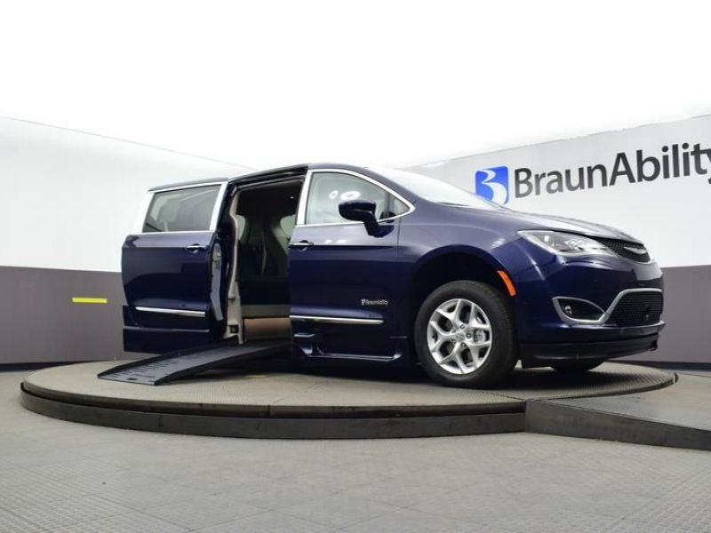 Blue Chrysler Pacifica image number 13