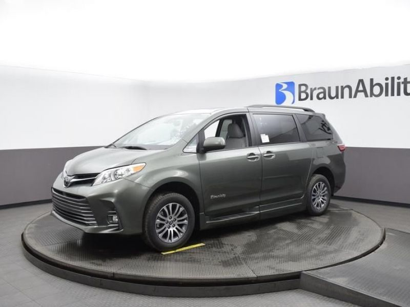 Green Toyota Sienna image number 2