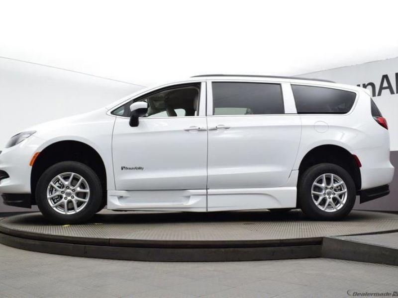 White Chrysler Voyager image number 16